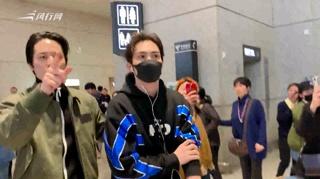 c-张彬彬LPL赛后返回上海 粉丝现场高呼:打得好好