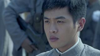 周卫国带着兄弟们给父亲送行,志辉刘远周卫国跪在坟前.mp41