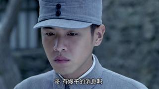 周卫国带着兄弟们给父亲送行,志辉刘远周卫国跪在坟前.mp42